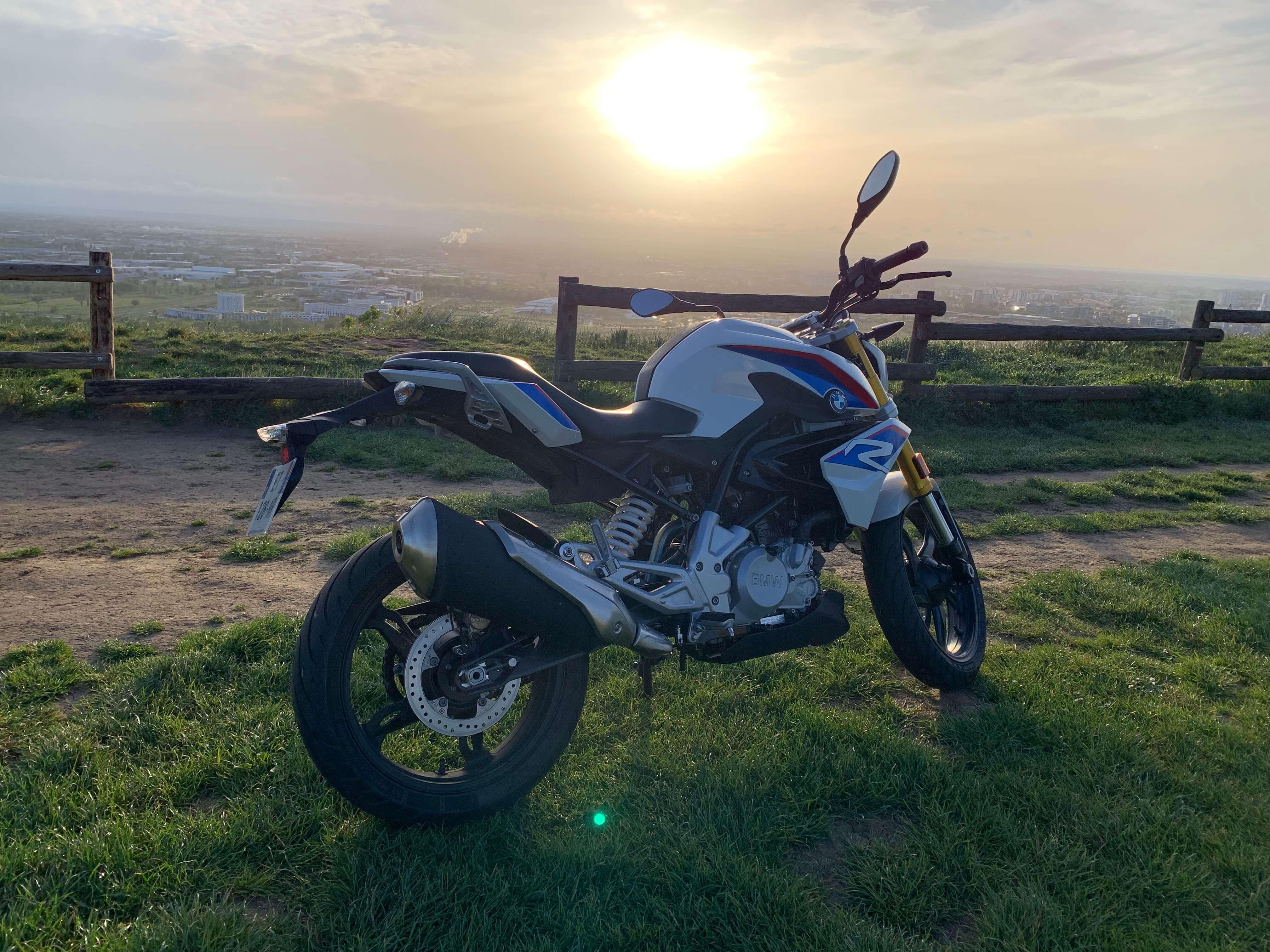 Moto BMW devant coucher de soleil
