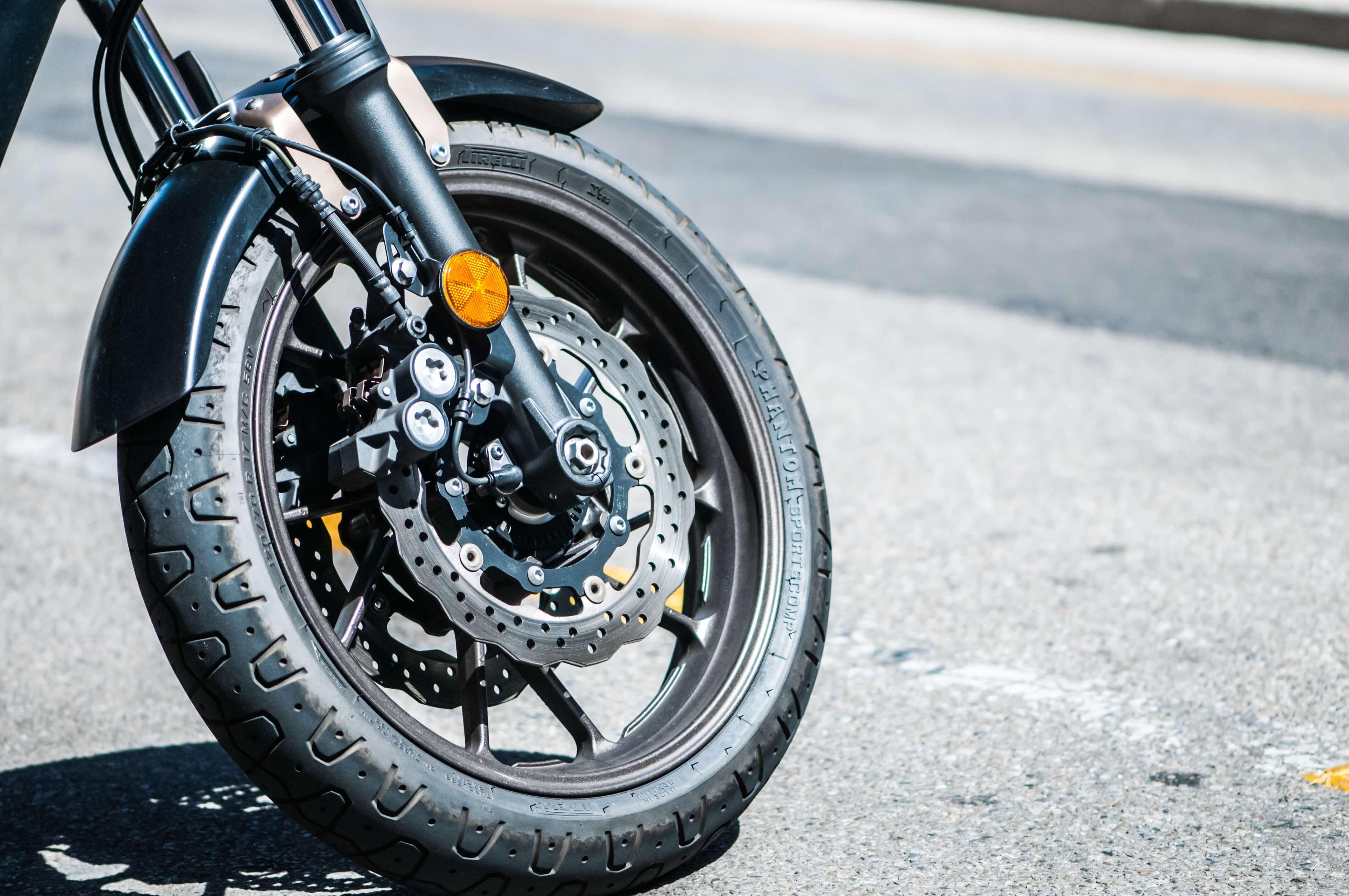 Roue avant d'une moto, fourche bien visible