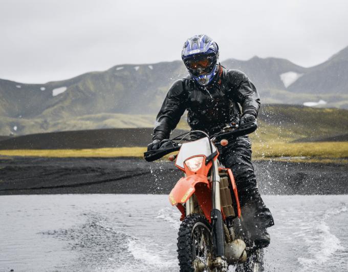 Protection pluie moto : 11 astuces sécurité