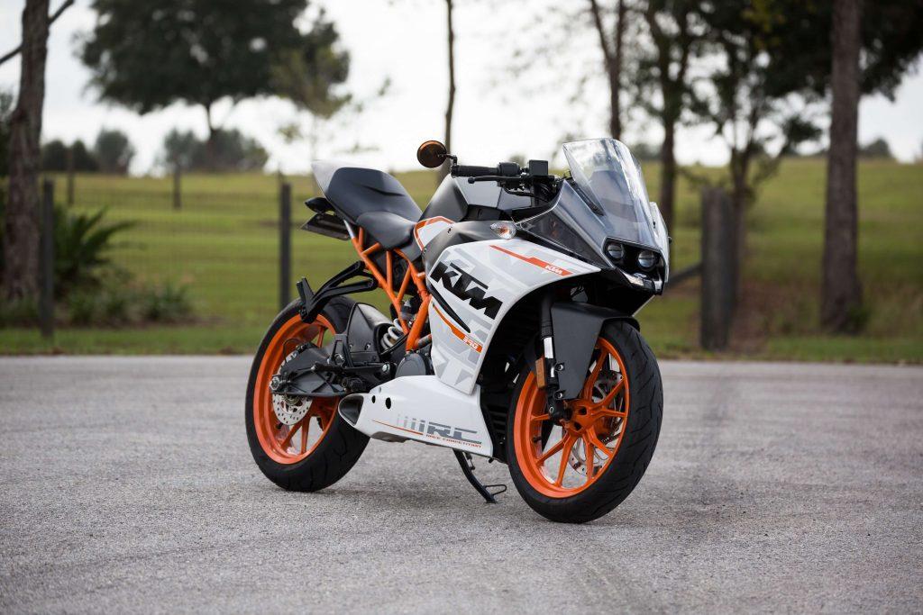Moto blanche et orange stationnée