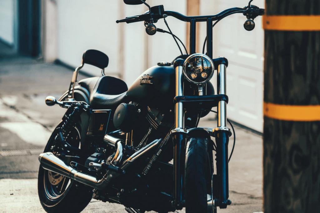 Moto Harley Davidson au stationnement