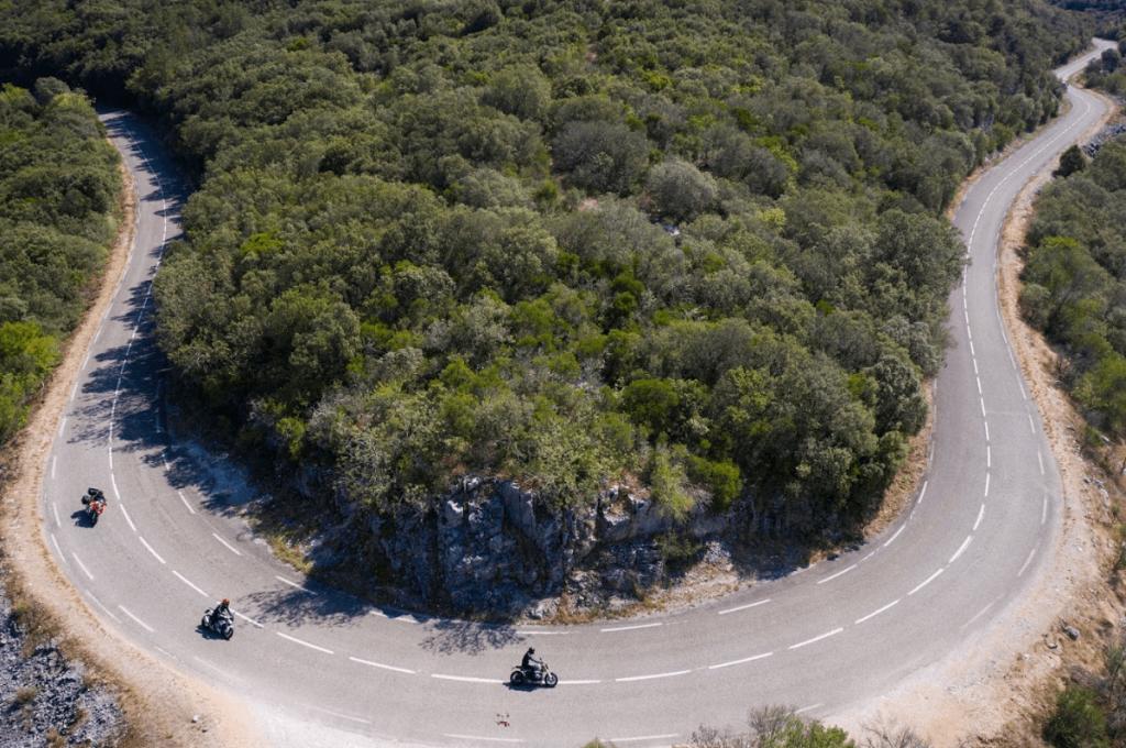 Motards roulant sur une route