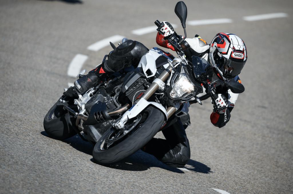 Motard en courbe sur une moto F800R BMW