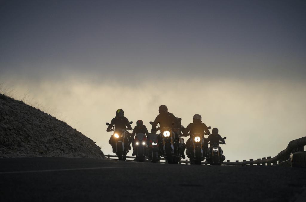 Groupe de motard évoluant dans la nuit tombante
