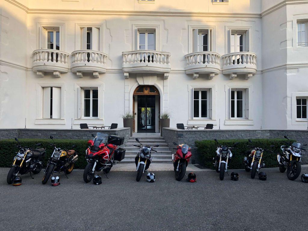 Motos stationnées devant un chateau