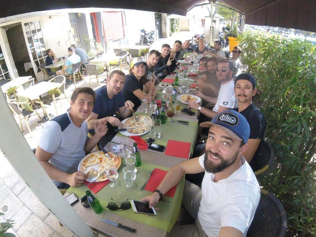Groupe des motards Adventum attablé dans un restaurant