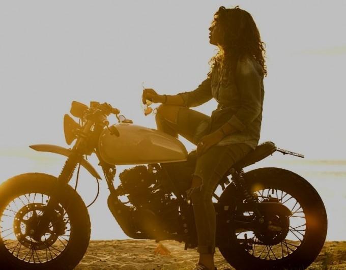 Ces marques de vêtements moto féminin qui réinventent les codes